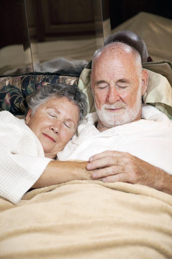 Couples aînés en sommeil image libre de droits