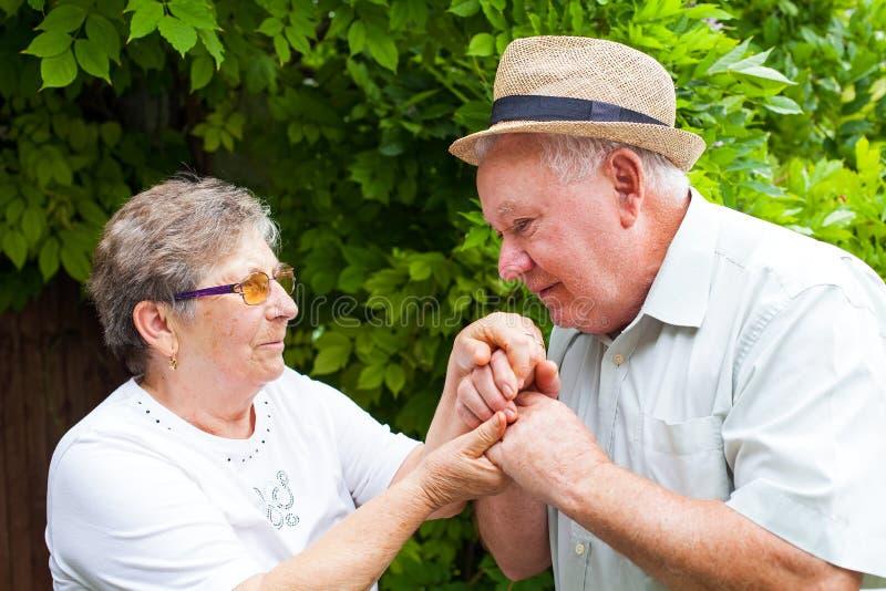 Couples aînés en stationnement photos libres de droits