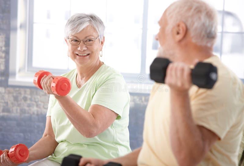Couples aînés essentiels en gymnastique images stock