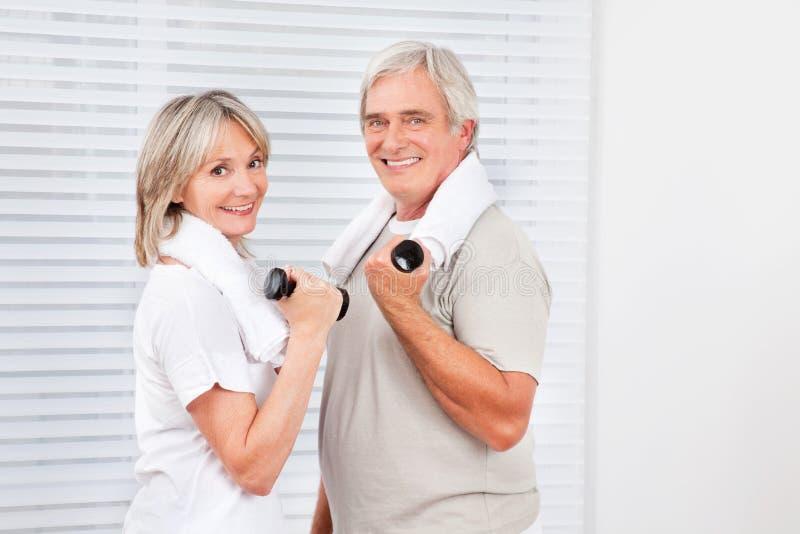 Couples aînés faisant la forme physique image libre de droits