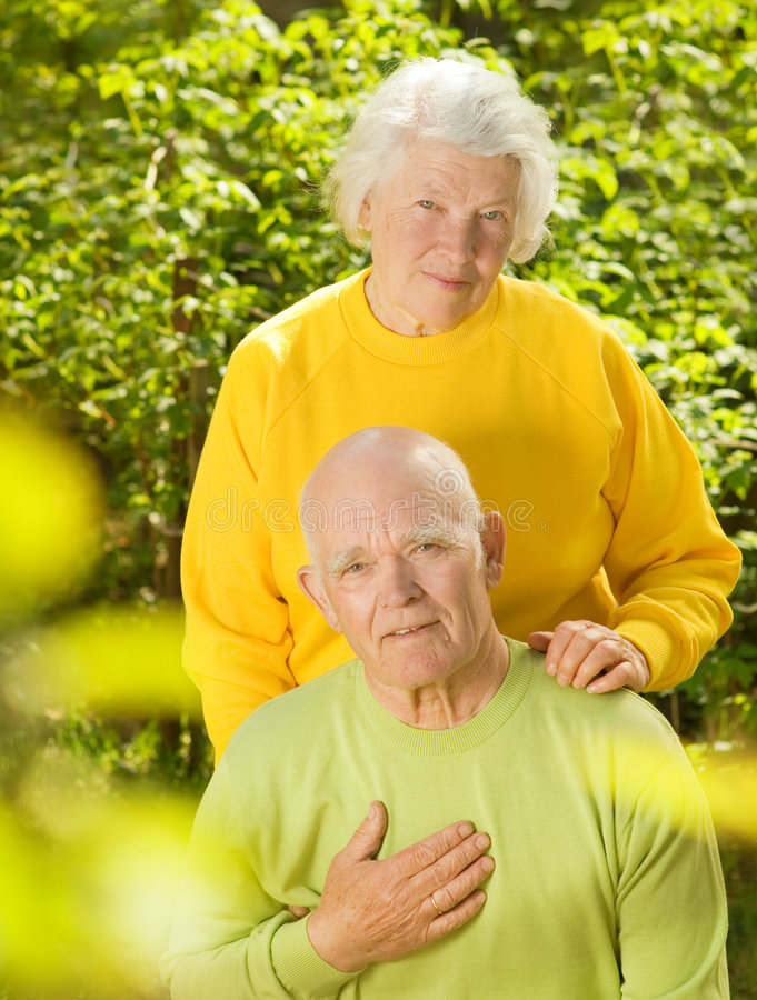 Couples aînés heureux dans l'amour image libre de droits