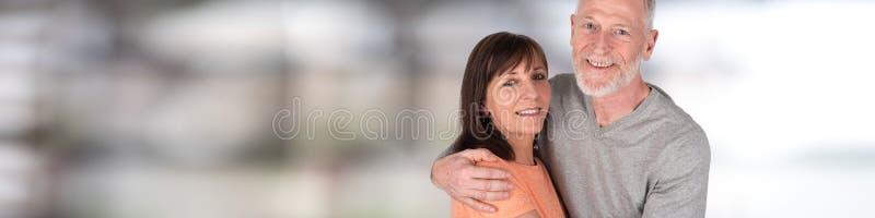 Couples aînés heureux s'embrassant photographie stock libre de droits