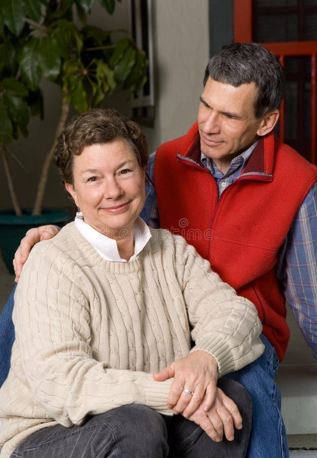 Couples Aînés Heureux Sur Le Porche Avant Photographie stock
