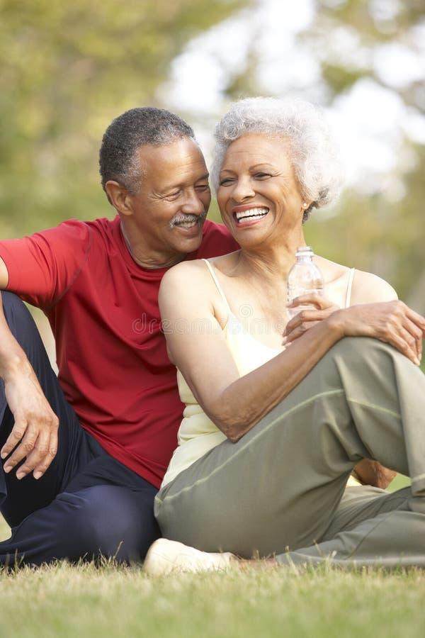 Couples aînés se reposant après exercice images libres de droits