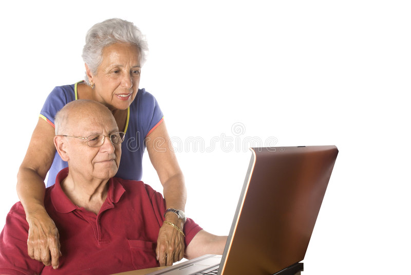 Couples aînés sur l'ordinateur portatif image stock