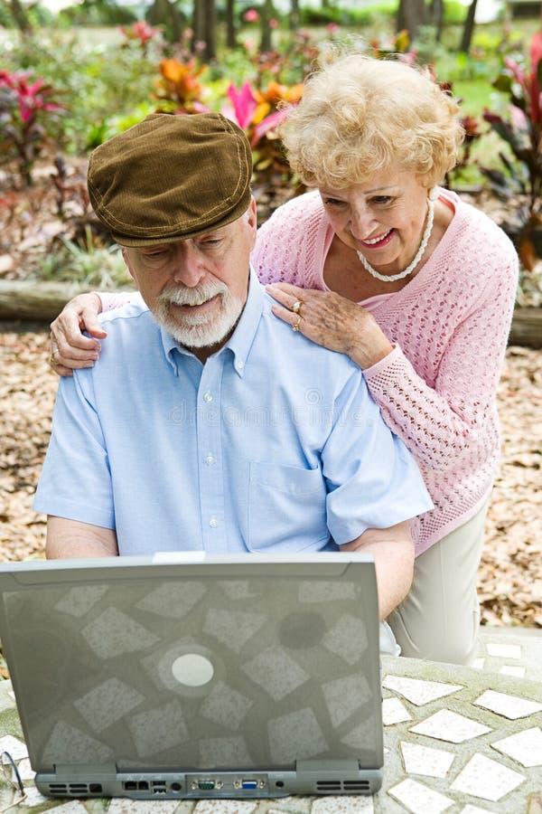 Couples aînés sur l'ordinateur - verticale image libre de droits