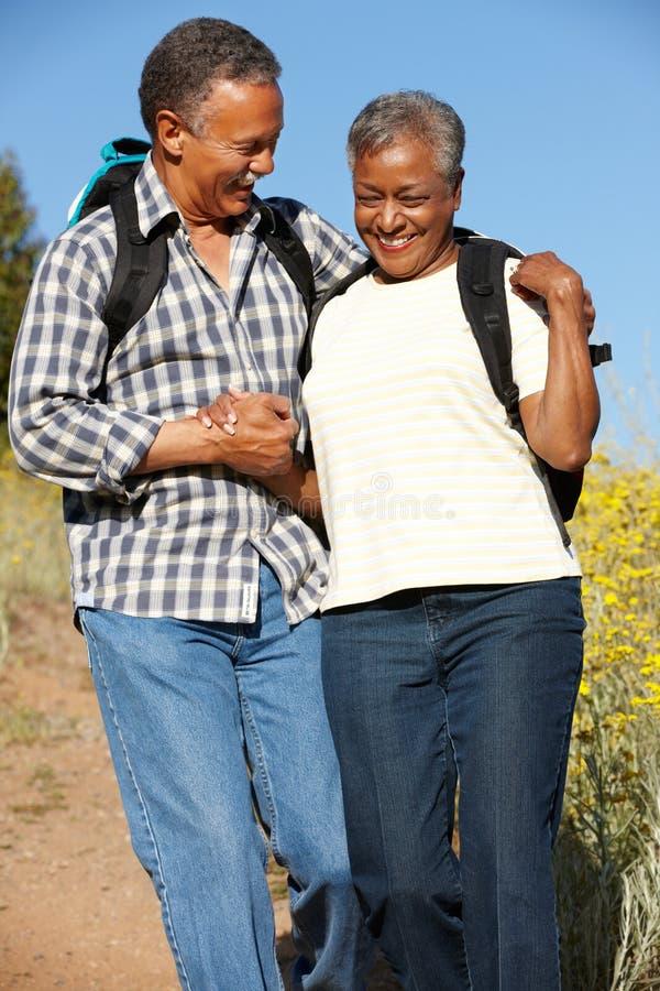 Couples aînés sur la hausse de pays photo stock