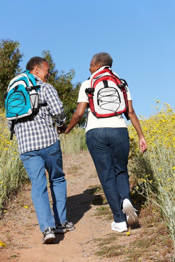 Couples aînés sur la hausse de pays photo libre de droits