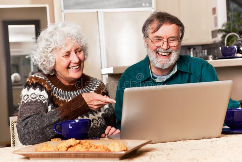 Couples aînés utilisant l'ordinateur photographie stock