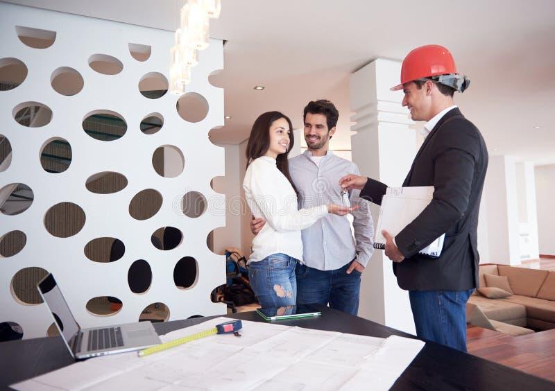 Couples achetant la nouvelle maison avec le vrai agent immobilier photographie stock