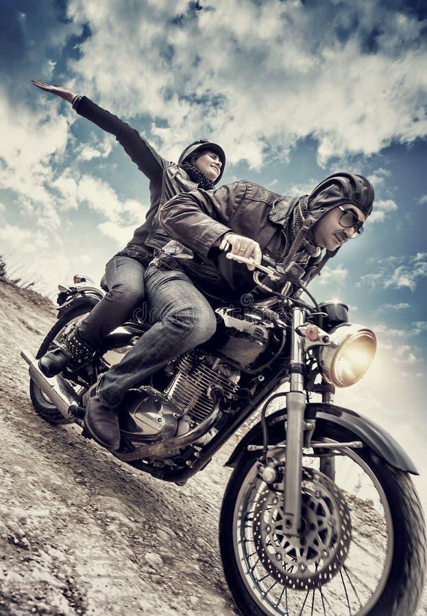 Couples actifs sur la moto photos stock
