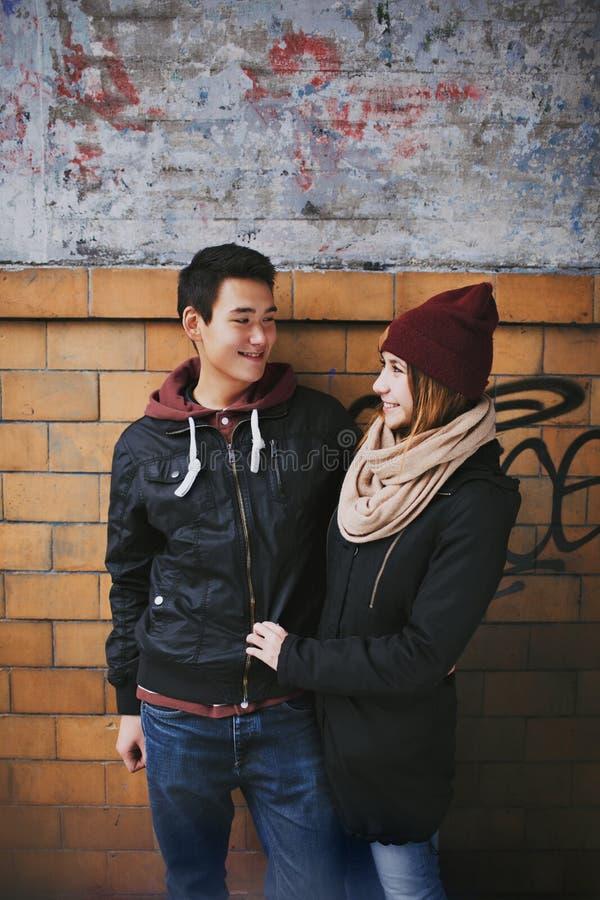 Couples adolescents appréciant chaque autres société photographie stock