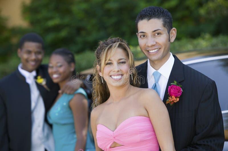 Couples adolescents bien habillés en dehors de portrait de voiture photos stock