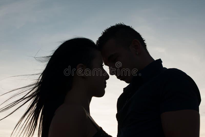 Couples adolescents un après-midi de fin d'été en parc photos libres de droits