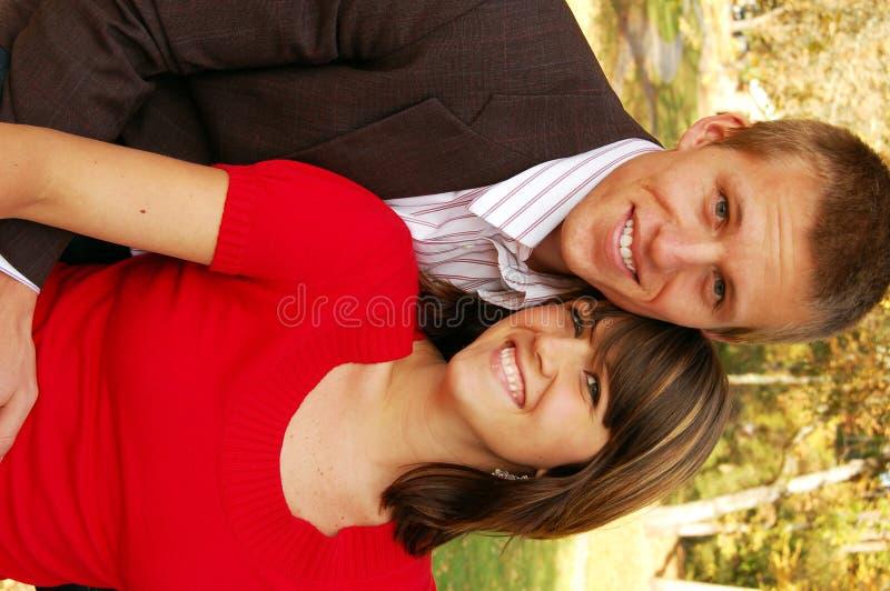Couples adorables en stationnement image libre de droits