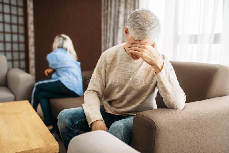 Couples adultes à la maison, querelle de famille ou conflit images libres de droits