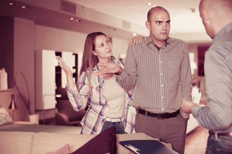 Couples adultes de famille mécontents avec le service photo stock
