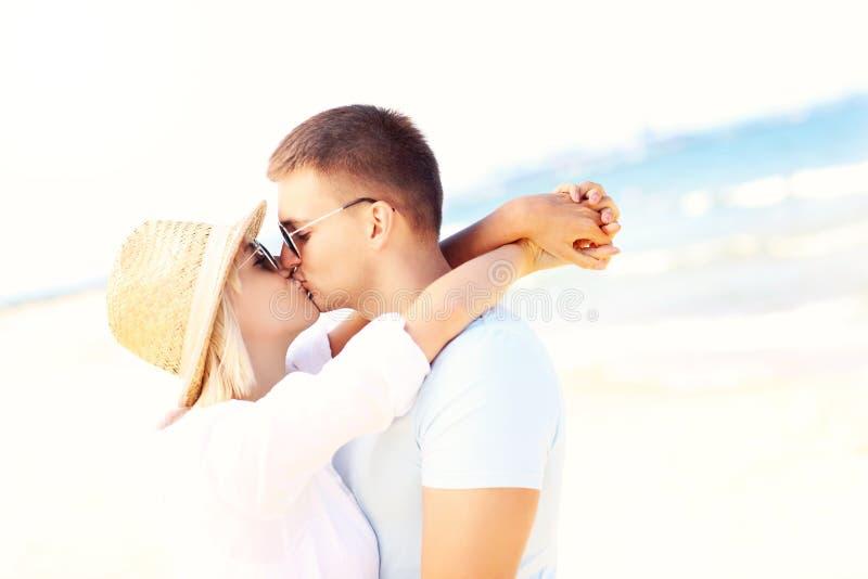 Couples adultes embrassant à la plage image libre de droits