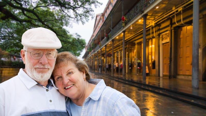 Couples adultes supérieurs heureux appréciant une soirée à la Nouvelle-Orléans, LA image stock