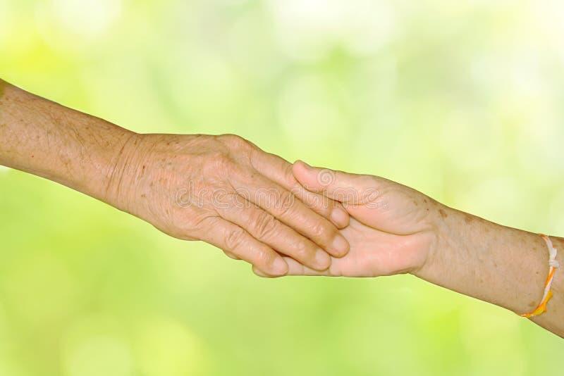 Couples adultes supérieurs heureux retenant des mains ensemble photographie stock