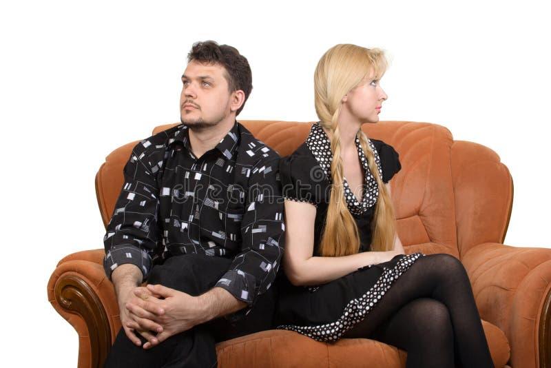 Couples adultes sur le sofa photographie stock libre de droits