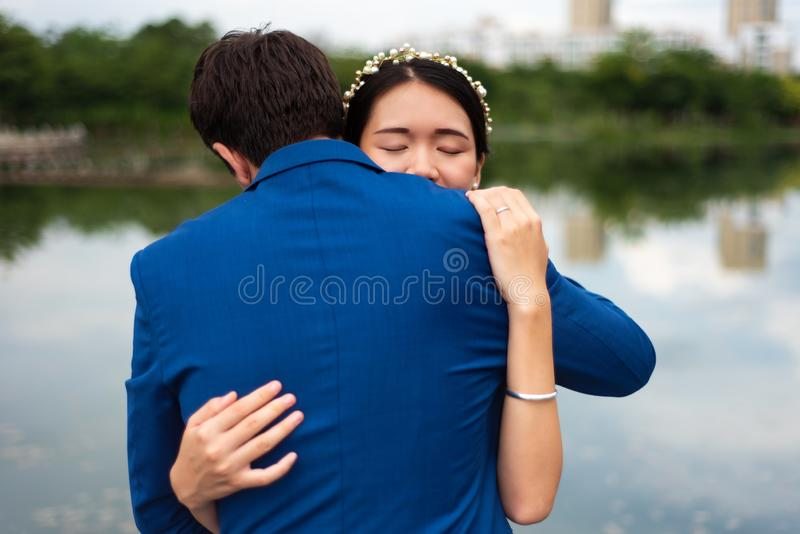 Couples affectueux étreignant en parc photos stock