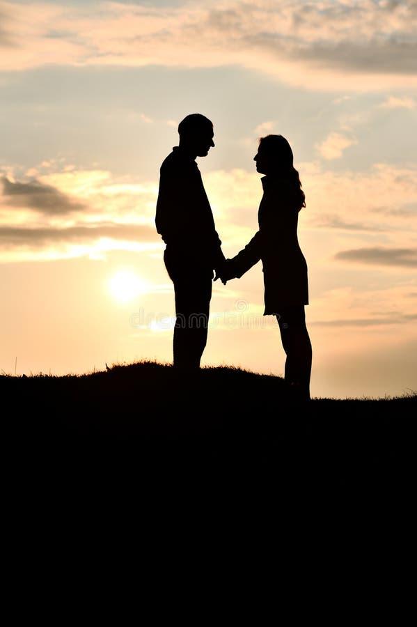Couples affectueux au coucher du soleil photo stock
