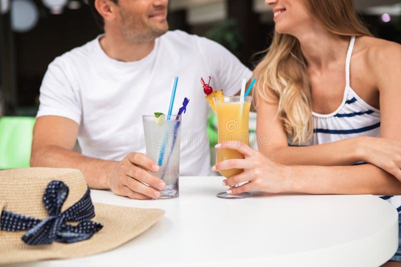 Couples affectueux ayant des boissons dans la barre images libres de droits
