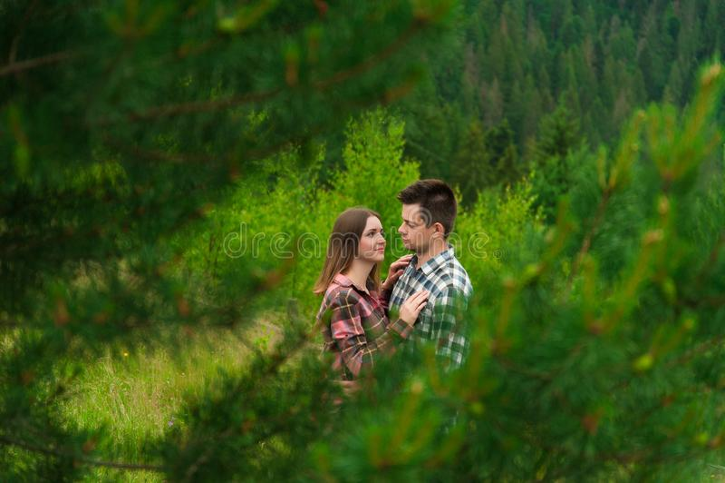 Couples affectueux ayant l'amusement des vacances d'été photographie stock libre de droits