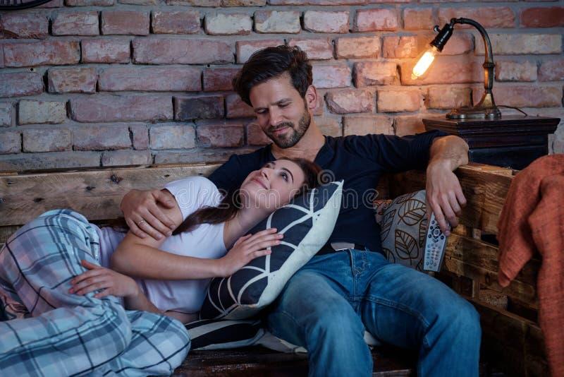 Couples affectueux détendant à la maison photos stock