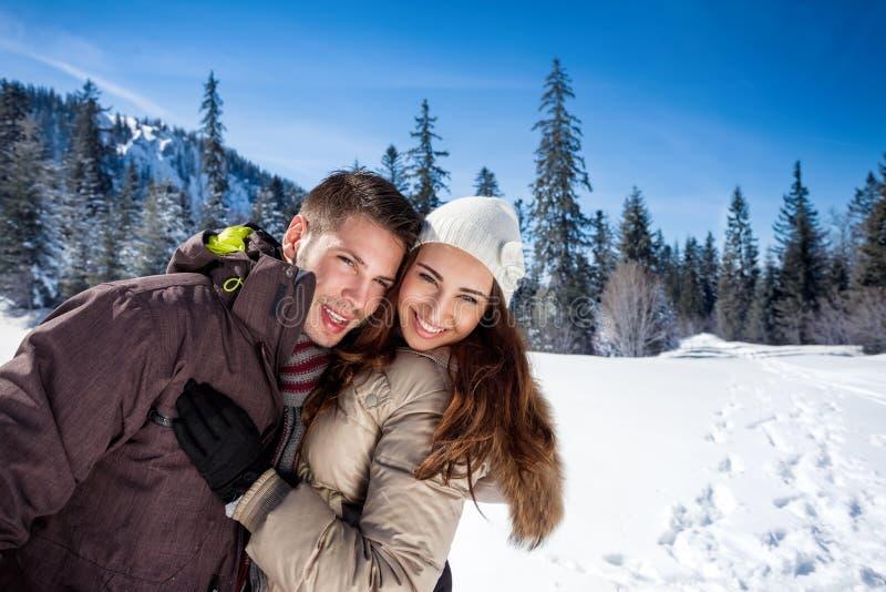 Couples affectueux d'hiver photos libres de droits