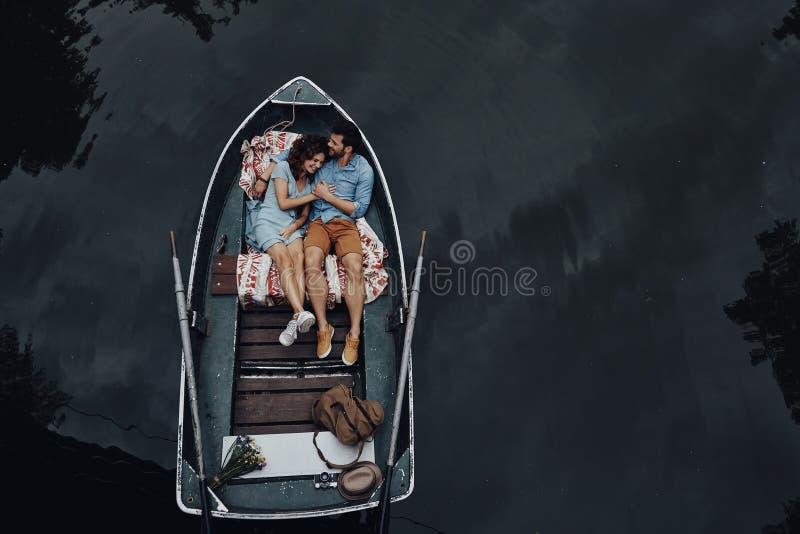 Couples affectueux dans le bateau photos libres de droits
