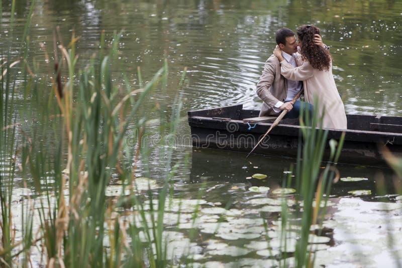 Couples affectueux dans le bateau photo libre de droits