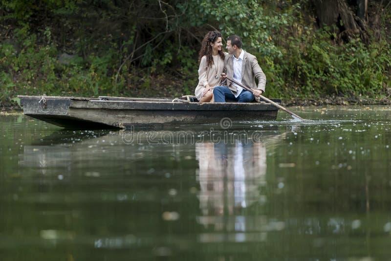 Couples affectueux dans le bateau photographie stock