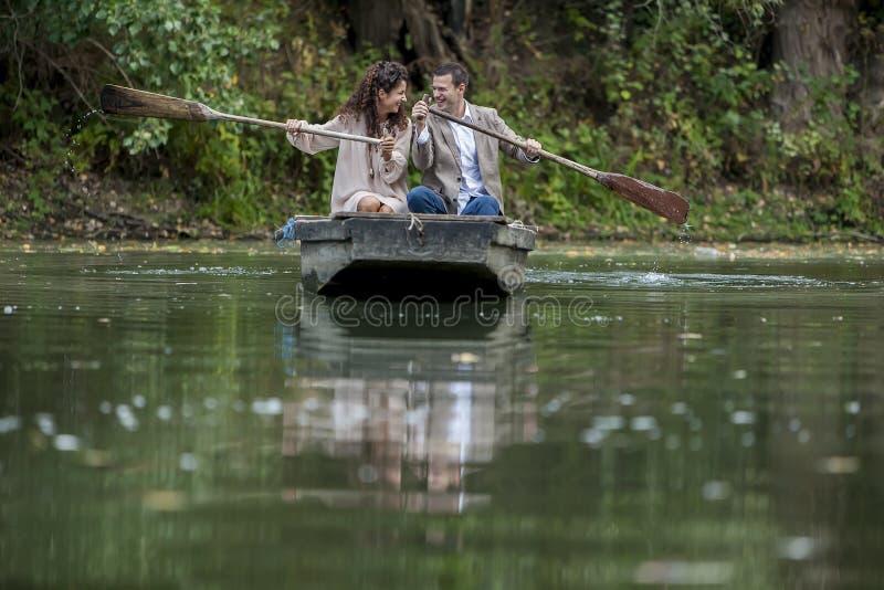 Couples affectueux dans le bateau photo stock