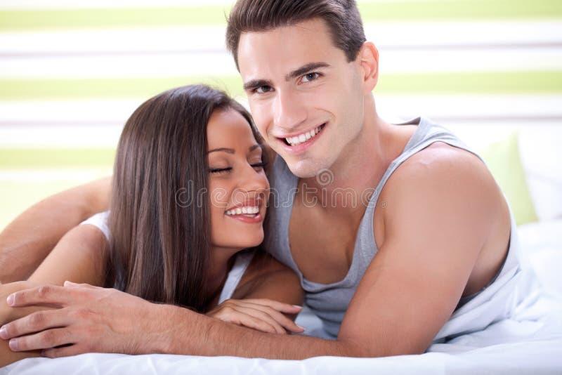 Couples affectueux dans le lit images libres de droits