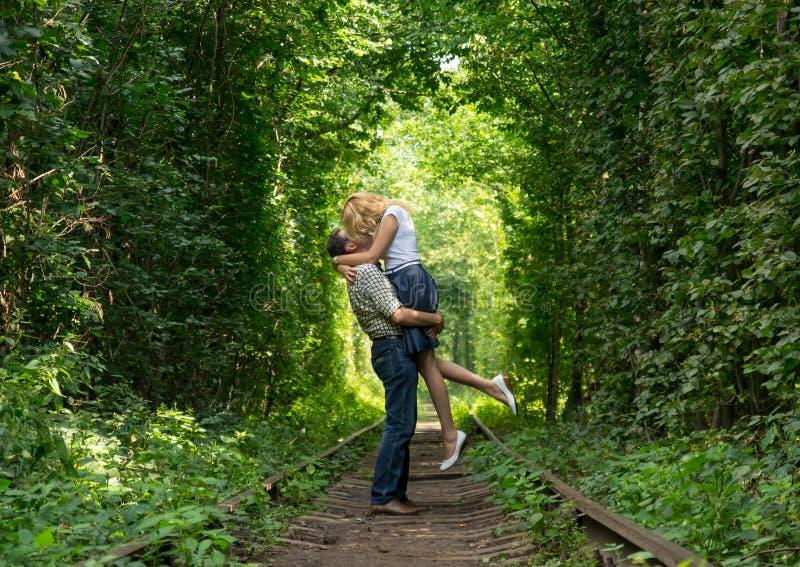Couples affectueux dans un tunnel vert photos libres de droits