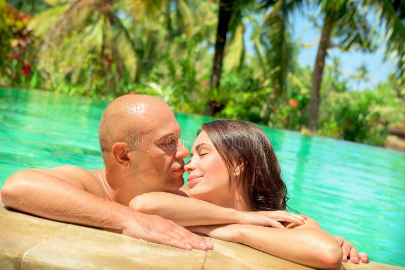 Couples affectueux dans une piscine photographie stock