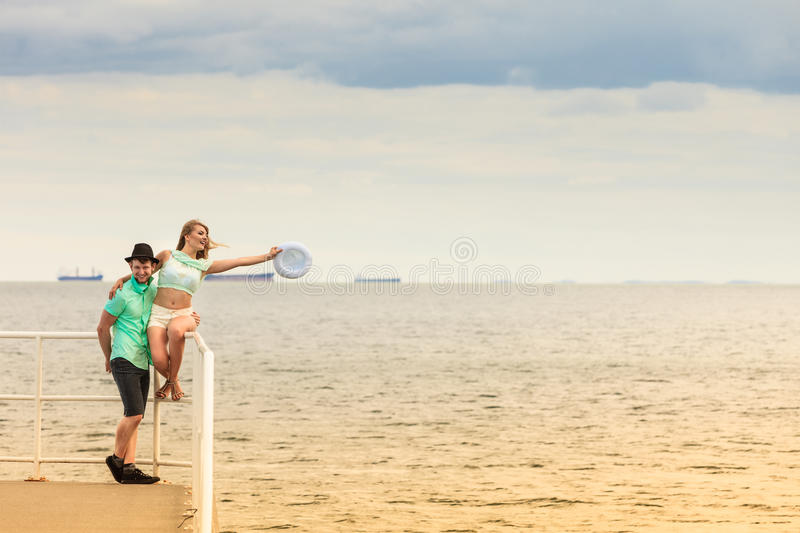 Download Couples Affectueux De Hippie Sur La Jetée De Mer Image stock - Image du seaside, pilier: 87703995