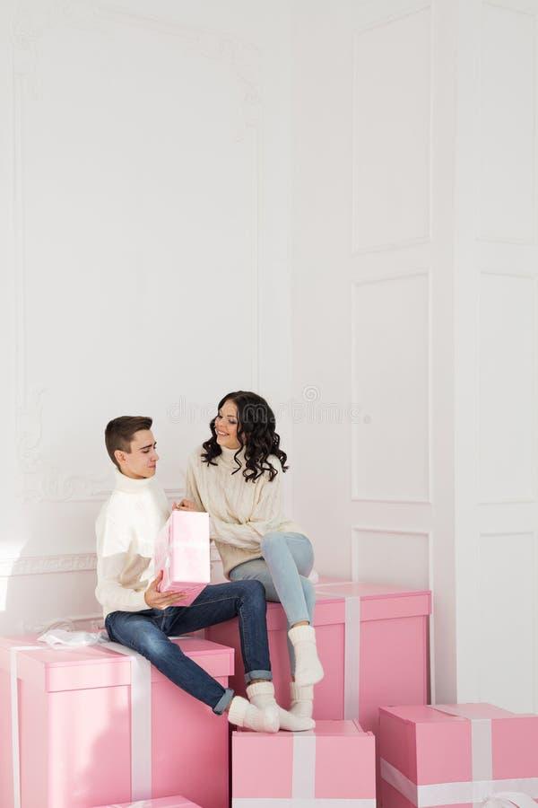 Couples affectueux des ados et des cadeaux images libres de droits