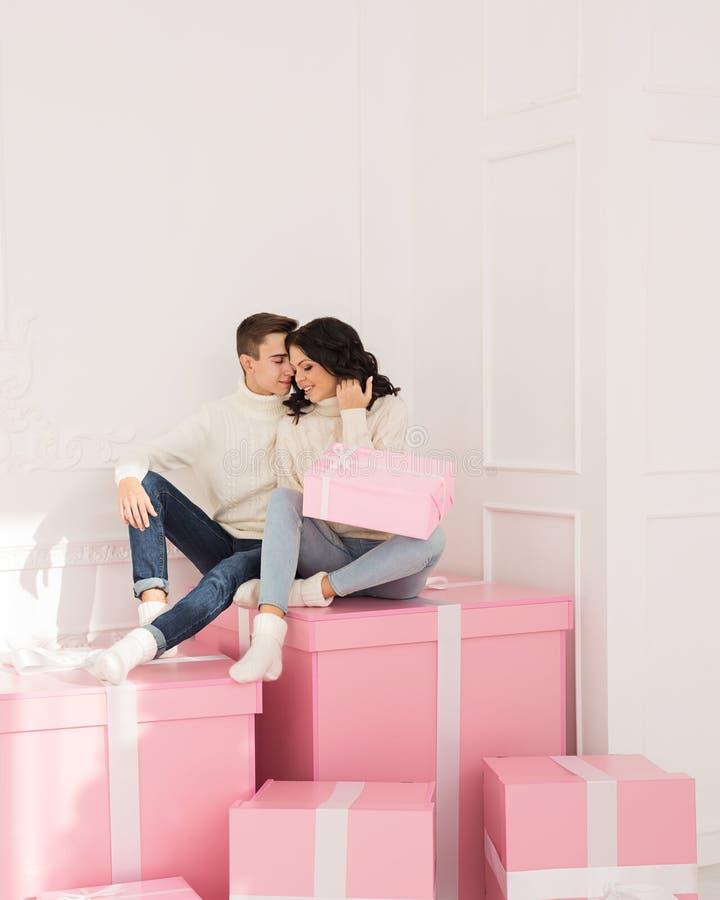 Couples affectueux des ados et des cadeaux photos stock