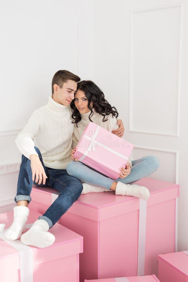 Couples affectueux des ados et des cadeaux photographie stock libre de droits