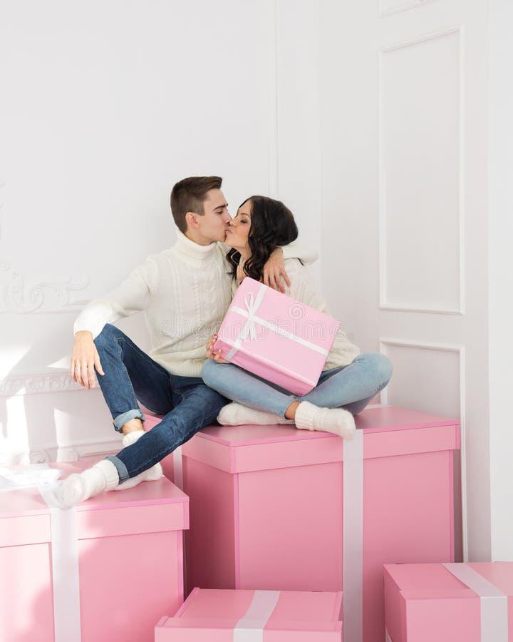 Couples affectueux des ados et des cadeaux photo libre de droits