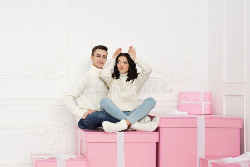 Couples affectueux des ados et des cadeaux photos libres de droits