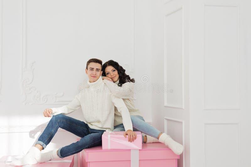 Couples affectueux des ados et des cadeaux image stock