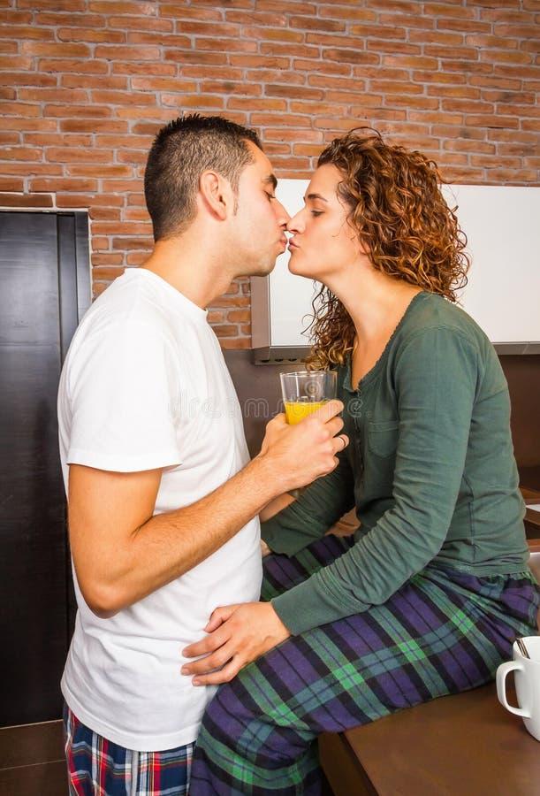 Couples affectueux embrassant dans un petit déjeuner à la maison images libres de droits