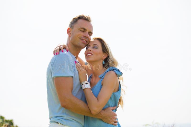 Couples affectueux embrassant dehors, s'amusant photo libre de droits