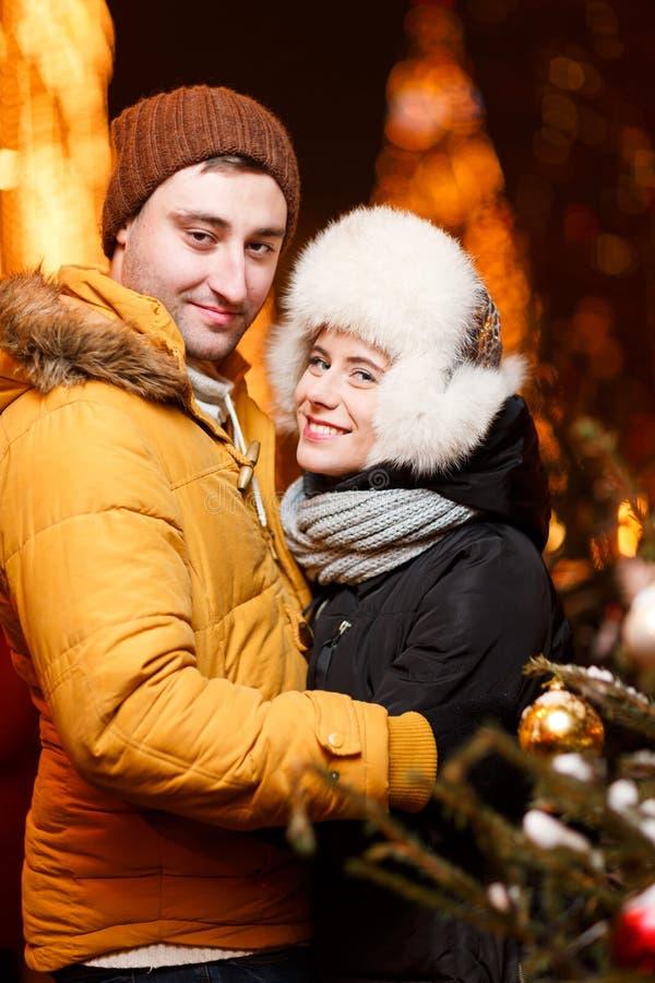 Couples affectueux embrassant l'hiver photographie stock libre de droits
