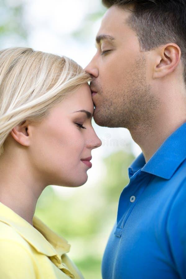 Couples affectueux en parc. images libres de droits