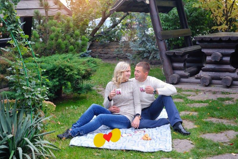 Couples affectueux en stationnement Jeunes couples affectueux ayant un grand temps image stock